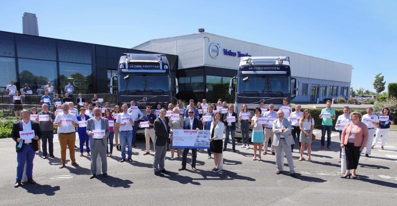 Volvo Trucks France remet un chèque de 203 000 € à l'alliance « Tous unis contre le virus »